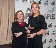 Amparo Estrada Vicepresidenta de la APIE, entrega a Esther Alcocer Koplowitz el Premio Secante 2019.