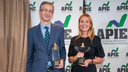 Pablo Hernández de Cos, Gobernador del Banco de España, y Esther Alcocer Koplowitz, Presidenta de FCC, ganadores de los premios Tintero y Secante 2019 otorgados por la APIE.