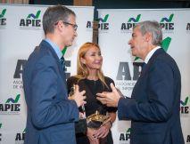 Pablo Hernández de Cos, Gobernador del Banco de España, y Esther Alcocer Koplowitz, Presidenta de FCC, ganadores de los premios Tintero y Secante 2019, con Íñigo de Barrón Arniches, presidente de la APIE.
