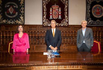 De izquierda a derecha, María Jesús Montero, Ministra de Hacienda, José Vicente Saz Pérez, rector de la UAH, e Iñigo de Barrón Arniches, presidente de APIE, en la clausura de las Jornadas organizadas por APIE en la Universidad de Alcalá de Henares.
