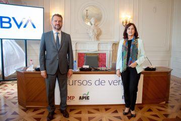 Rodrigo Buenaventura, presidente de la CNMV, y Cani Fernández, presidenta de la CNMC, durante el curso de verano organizado por la APIE en la UIMP de Santander.