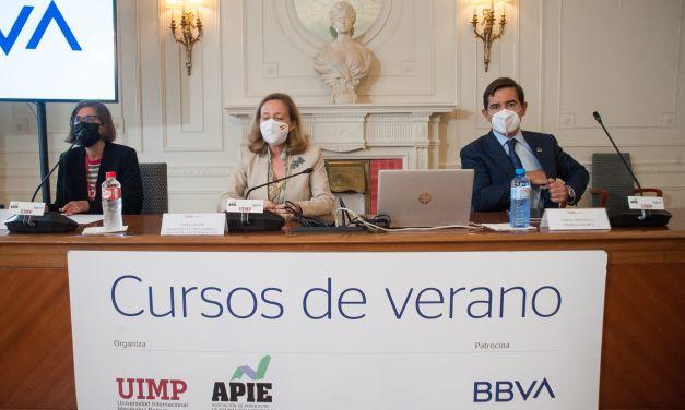 Nadia Calviño y Carlos Torres Vila inauguran el curso de economía de la APIE en la Universidad Menéndez Pelayo