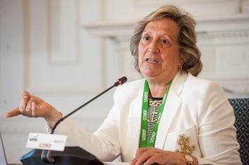 Pilar González de Frutos, presidenta de UNESPA, durante su intervención en el curso de economía organizado por la APIE en la UIMP de Santander.