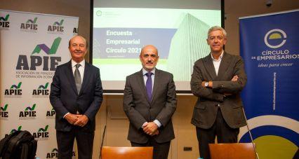 De izquierda a derecha Miguel Iraburu, presidente del grupo de trabajo de la encuesta, Manuel Pérez-Sala, presidente del Círculo de Empresarios, e Iñigo de Barrón Arniches, presidente de APIE, durante la presentación de la Encuesta Empresarial Círculo 2021.