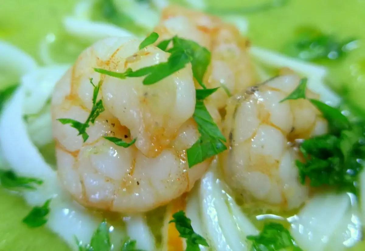 Sopa de meloa e pepino com camarões salteados