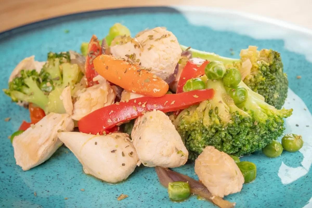 frango salteado com legumes congelados