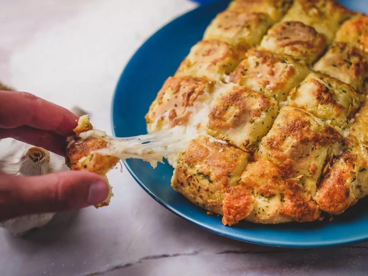 Pão caseiro de alho e queijo