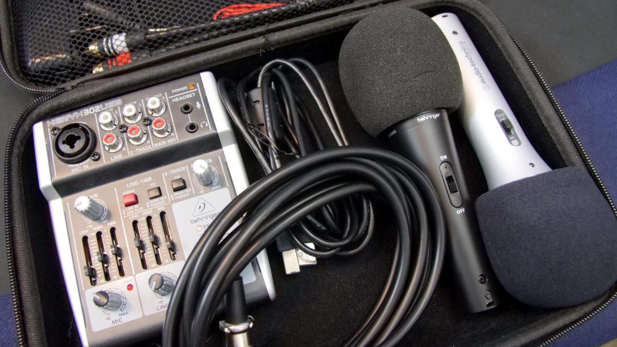 Mixer Behringer e microfone technica de áudio para podcast