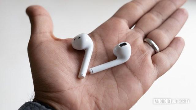 Realme Buds Air fones de ouvido na mão