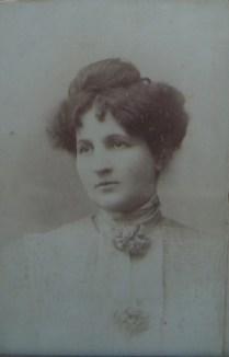 Μαρία, κόρη του Εμμανουήλ Σκυλίτση και της Winifred Wills, σύζυγος του Αλεξάνδρου Κ. Δαβερώνη, 1867-;, ιδιωτικό αρχείο