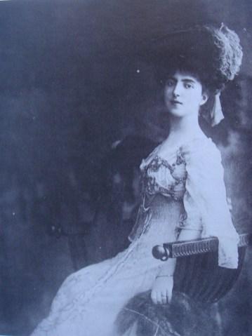 Ελένη, κόρη του Νικολάου Χρυσοβελόνη και της Καλλιρόης Οικονόμου, σύζυγος του Πρίγκιπα Δημητρίου Κ. Σούτσου και κατόπιν του Paul Morand, 1879-1975, Sturdza, M.D. (1999)