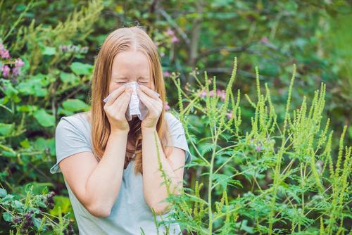 Frau mit Allergiebeschwerden