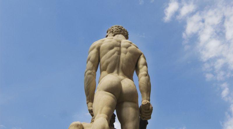 Nackte Skulptur von hinten. Hämorrhoiden