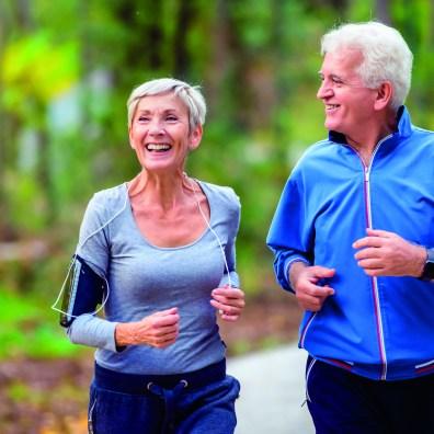Zwei ältere, sportlich aktive Menschen. Älteres Paar, das sich wohlfühlt. Hämorrhoiden und Sport