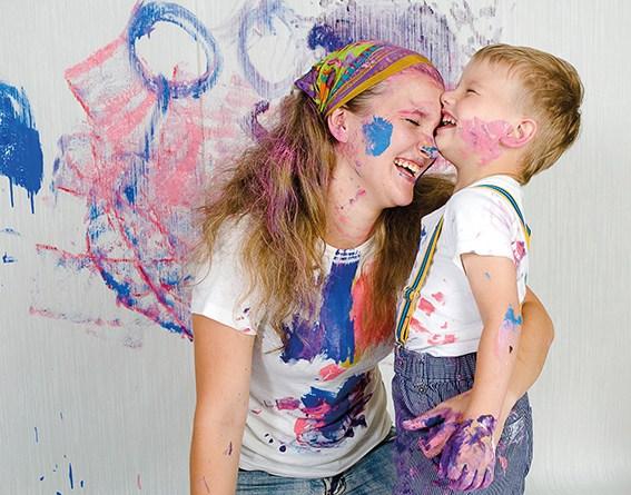 Glückliche Mutter mit Kind. Actionpainting. Malen als Therapie