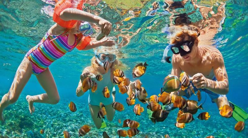 Kinder Tauchen im Meer. Ohrenentzündung durch Wasser