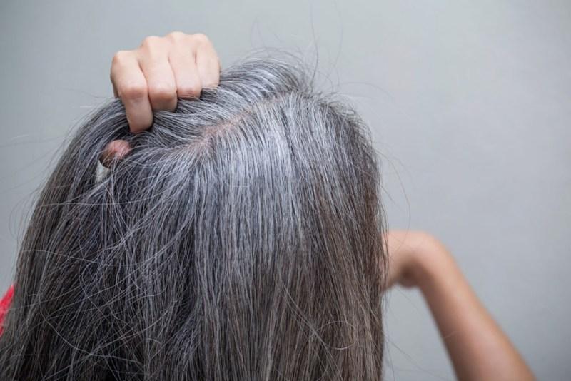 junge Frau mit ergrautem Haar. Gesundheitsratgeber im Mai
