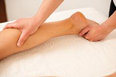 Frau massiert Beine. leichte Beine