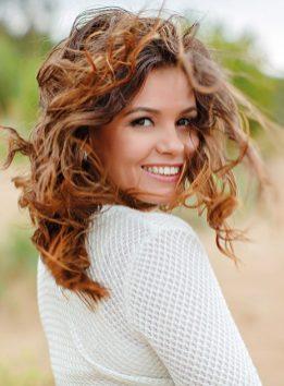 Portrait einer Frau im Wind. Glückliche Frau. schöne Haare. innerer Frühjahrsputz