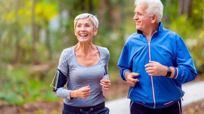 Gelenksbeschwerden, älteres Paar beim Laufen
