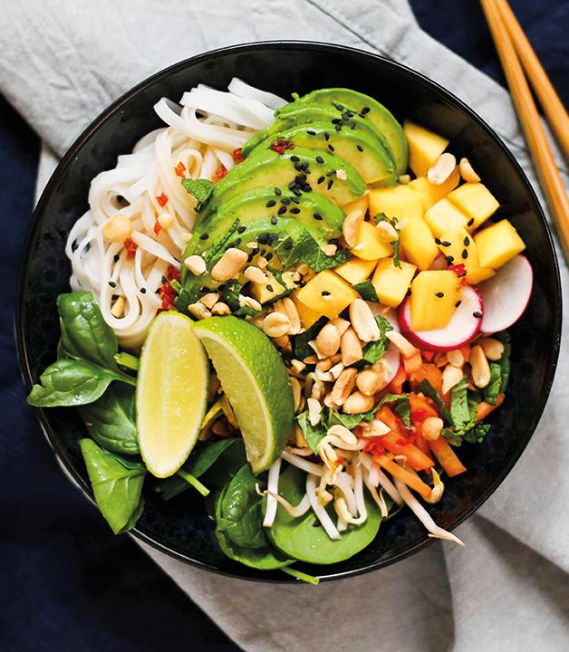 Sommerrollen-Bowl mit asiatischem Gurkensalat anrechitet in schwarzer Schüssel. Leichte Sommergerichte