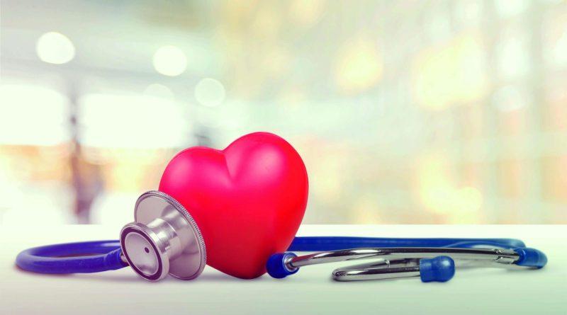 Herz und Stetoskop auf Ablage drappiert. Herzgesundheit stärken