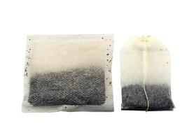 Zwei Teebeutel auf weißem Hintergrund. Nachtblindheit