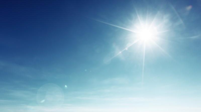 Sonne und blauer Himmel. Sonnenstrahlen. Sonnenvitamin