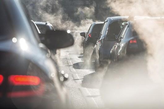 Verkehrsstau. Feinstaubbelastung. Abgase. Atembeschwerden