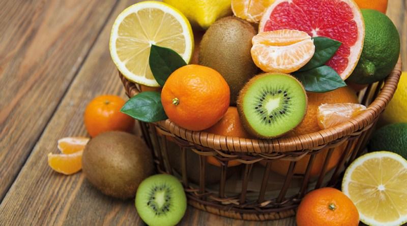Obstkorb. Korb voll mit Obst. Zitrusfrüchte, Kiwi. Cordula Niedermaier-May