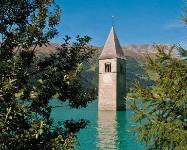Der versunkene Kirchturm im Reschensee. schönes Wetter. Krafttanken
