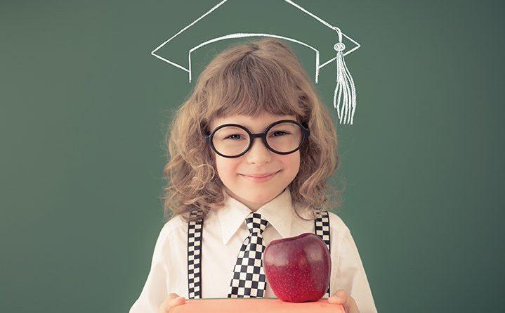 Schulkind in Klasse. Glückliches Kind vor Tafel. Schule. So gelingt der Schulstart