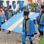 Revoltător: La un liceu din Covasna, elevii au fost obligaţi să poarte steagul secuiesc pe uniformă!