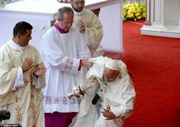 Σκόνταψε κι έπεσε ο Πάπας