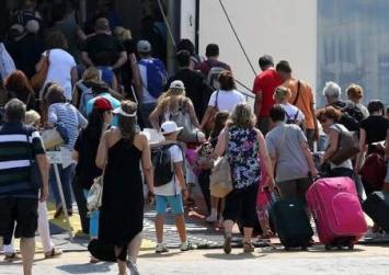 Εγκαταλείπουν την Αθήνα με κάθε τρόπο οι αδειούχοι του Αυγούστου