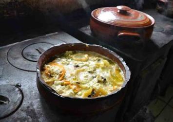 Κρήτη: Η ταβέρνα που μαγειρεύει χωρίς ηλεκτρικό! Οι πιο νόστιμες πατάτες του «Ντουνιά»