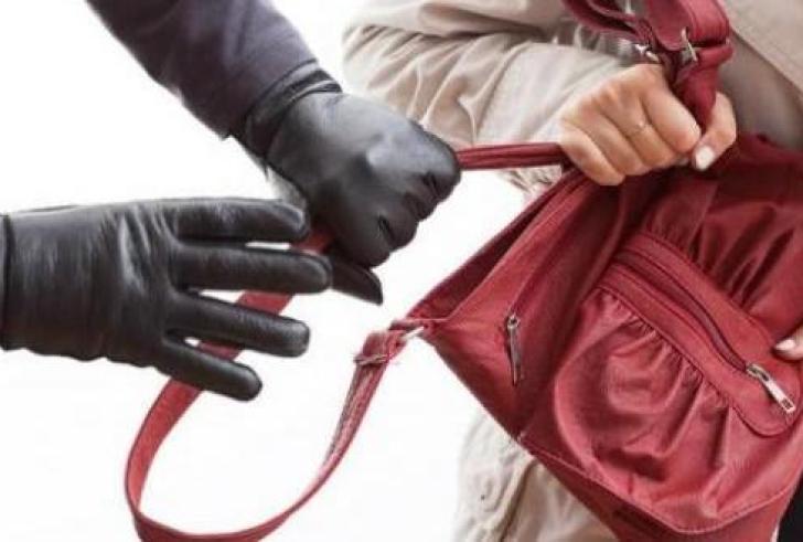 Της άρπαξε την τσάντα αλλά τον τσάκωσαν