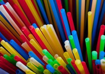 Τέλος και στην Ελλάδα τα πλαστικά καλαμάκια