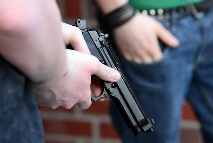 Πυροβολούσε και η ίδια με το πιστόλι που τη σκότωσε
