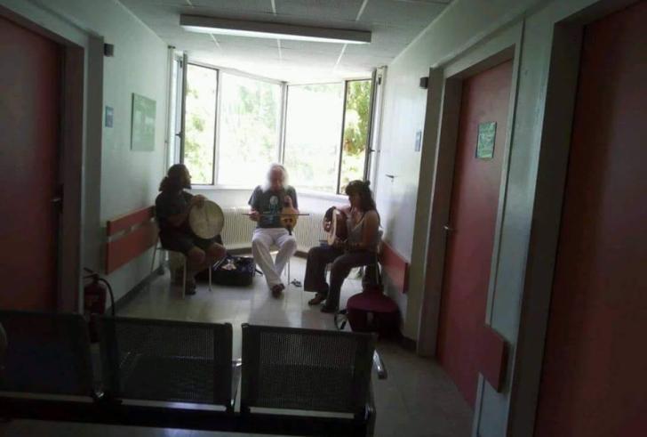 Το μεγαλείο ψυχής του Ρος Ντέιλι  – Έπαιξε μουσική σε καρκινοπαθείς στο ΠΑΓΝΗ (φωτο)