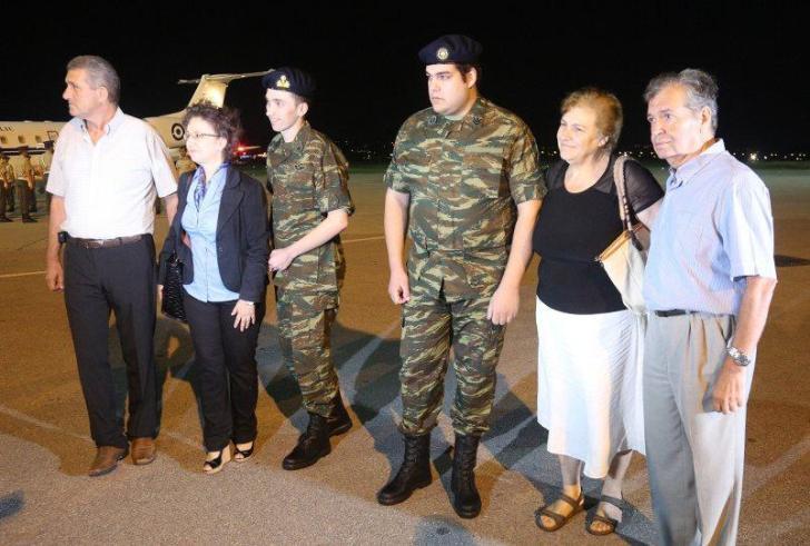 Στην Ελλάδα οι δύο Έλληνες στρατιωτικοί – Κατέβηκαν ένστολοι από το αεροπλάνο (βίντεο)