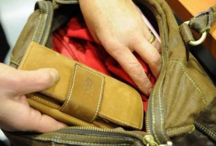 Την απασχόλησε και τις έκλεψε την τσάντα