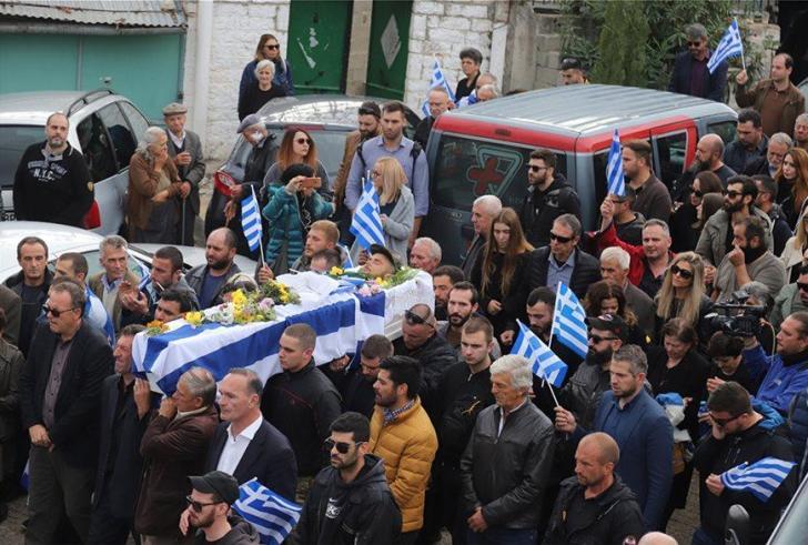 Θρήνος στο τελευαίο αντίο στον Κατσίφα- Πλημμύρισαν Ελληνικές οι Βουλιαράτες (βίντεο)