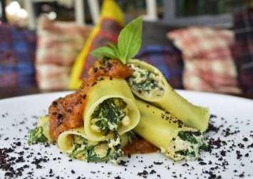 Vegan κανελόνια με ρικότα από τόφου, σπανάκι και σάλτσα ντομάτας