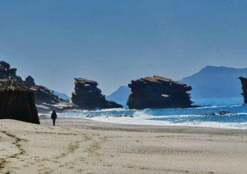 Τριόπετρα: Εκεί στο νότο… Η μαγευτική παραλία σε χειμωνιάτικο φόντο (φώτο)