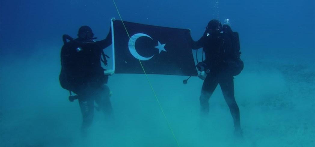 Τούρκοι δύτες κρατούν την τουρκική σημαία στο βυθό της Σούδας