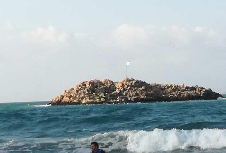 Ηράκλειο: Κολύμπησε μέχρι το νησάκι και αντικατέστησε την κουρελιασμένη σημαία