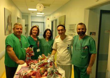 ΠΑΓΝΗ: Μοίρασαν λαμπάδες, σοκολατένια αυγά και χαμόγελα στα παιδιά που νοσηλεύονται