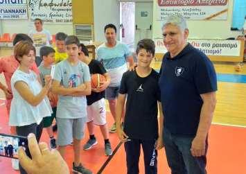 Ο θρύλος του μπάσκετ Παναγιώτης Γιαννάκη στο κλειστό γυμναστήριο Μοιρών (φώτο)