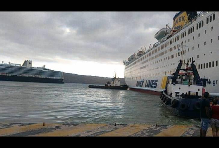 """Με τη βοήθεια ρυμουλκών """"έδεσε"""" στη Σούδα το πλοίο της ΑΝΕΚ"""